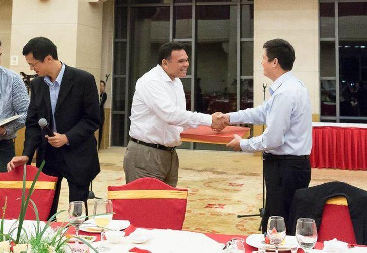 El Gobernador (c) firmó un hermanamiento con la provincia de Anhui, China. (Cortesía)