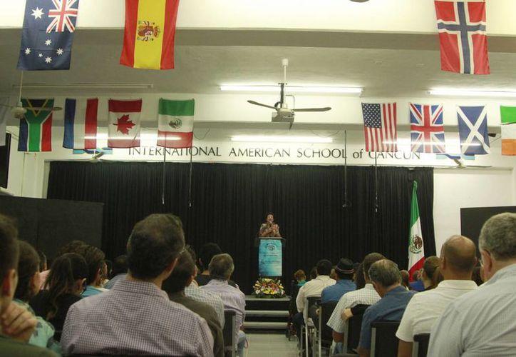 La conferencia se realizó en el auditorio del Colegio International American School. (Luis Soto/SIPSE)