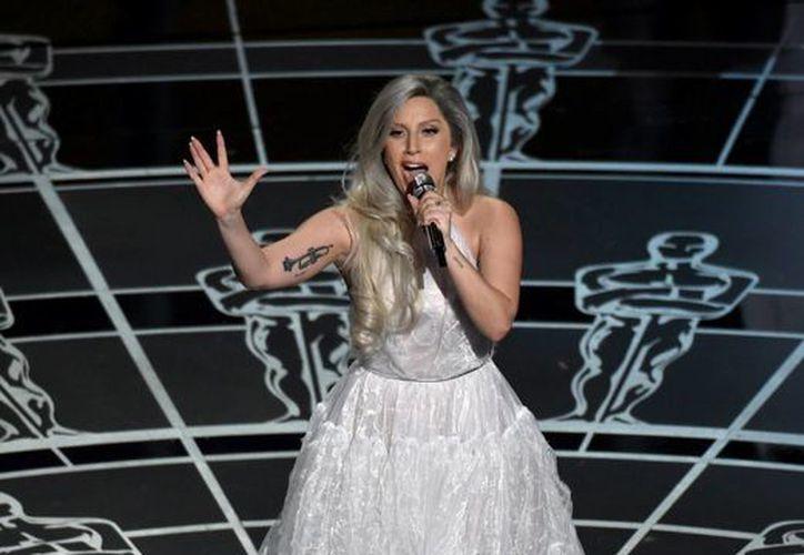 Lady Gaga, quien esta foto aparece durante la más reciente entrega de los premios Oscar, será distinguida en el Salón de la Fama de los Compositores, en EU. (Foto: AP)