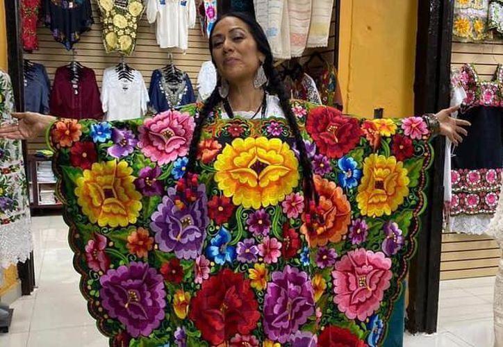 La actriz se mostró orgullosa con una prenda con bordado yucateco. (Foto: redes sociales)