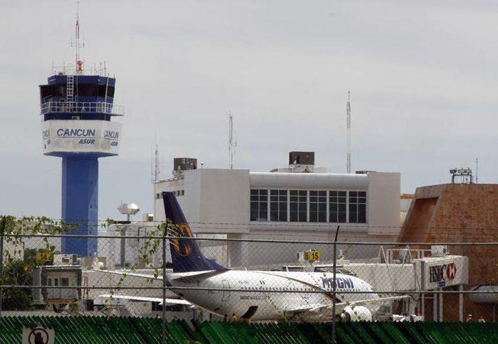 Llegaron brasileños a Cancún en vuelos de conexión a través de Colombia, Bogotá. (Israel Leal/SIPSE)