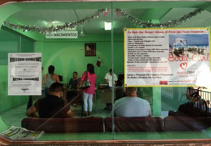 En las oficinas del Registro Civil el personal trabaja con puertas y ventanas abiertas porque no hay aire acondicionado.  (Adrián Barreto/SIPSE)
