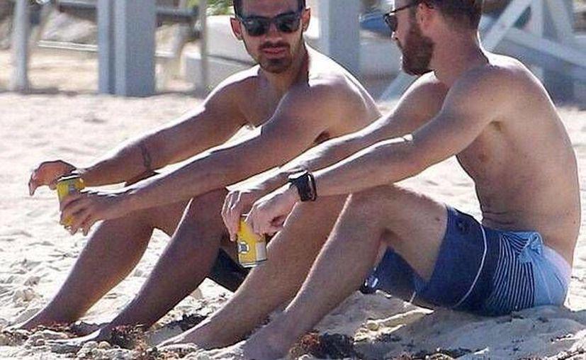 El joven cantante disfrutaba de la playa en compañía de sus amigos. (Twitter/@AllJonasUpdates)