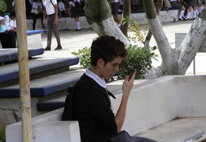 Los teléfonos celulares causan distracción en algunos estudiantes. (Tomás Álvarez/SIPSE)