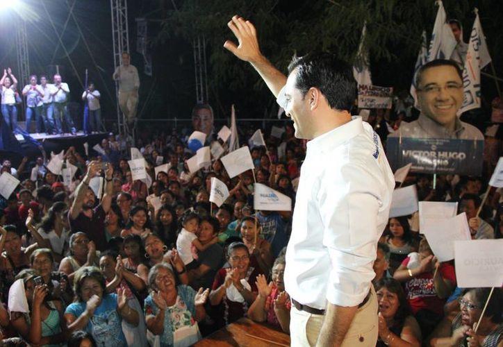 Mauricio Vila Dosal saluda a los ciudadanos durante un mitin en la colonia Vicente Solís. (SIPSE)