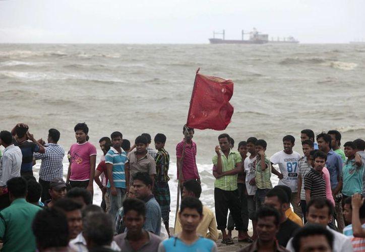 Marineros en la ribera de la Bahía de Bengala, en Chittagong, Bangladesh. (Agencias)