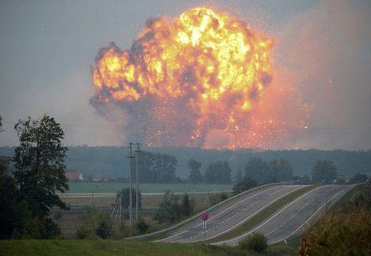 Las explosiones de munición continuaban a última hora de la mañana del miércoles en la base militar de Kalynivka. (Foto: de Reuters)