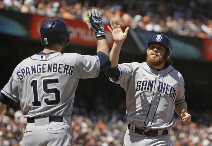 Ian Kennedy (d), lanzador de Padres de San Diego, es felicitado por su compañero Cory Spangenberg en partido ganado a  Gigantes de Nueva York. (Foto: