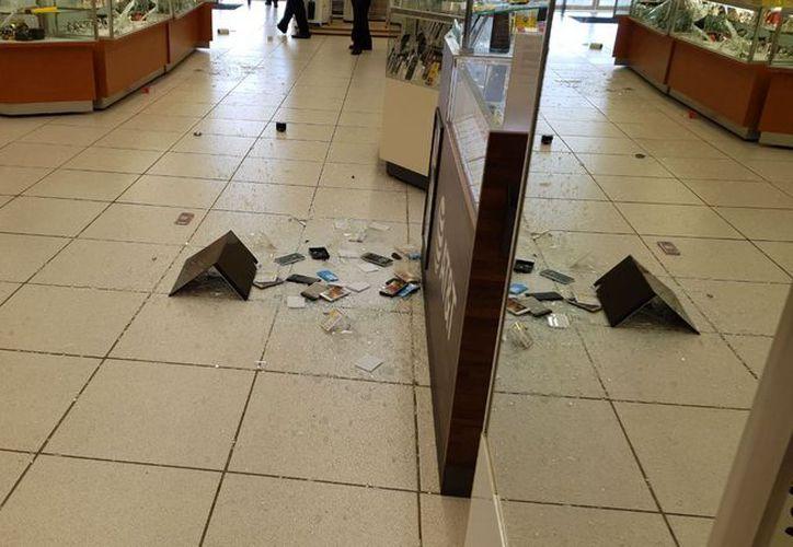 Los asaltantes causaron destrozos en la tienda. (Eric Galindo/SIPSE)