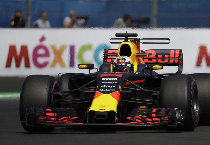 Ricciardo mejoró lo hecho en la primera tanda, escalando de la cuarta a la primera posición con un tiempo de 1:17:801. (AP)