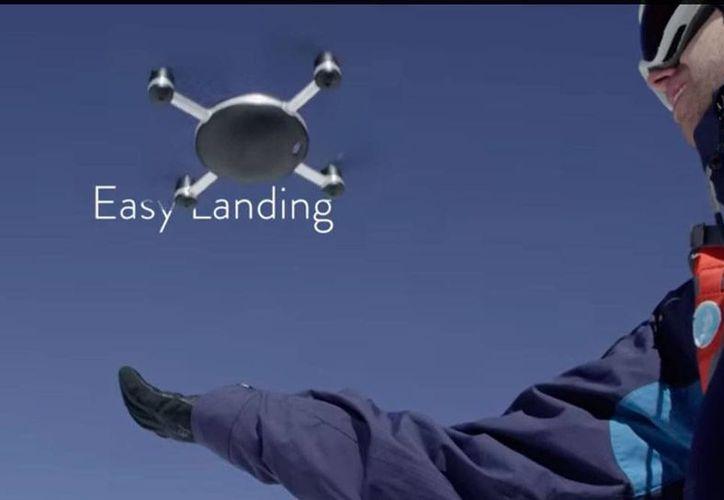 Lily Camera es un dron, pero también una 'Go Pro': va contigo a donde tú quieras, por tierra y mar: es a prueba de agua. (YouTube/Lily)