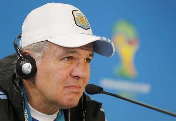 Sabella se ha presentado solo en las conferencias, acto que va en contra las reglas de la FIFA. (Twtter)