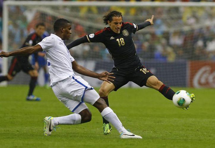Andrés Guardado pelea el balón con el hondureño Brayan Beckeles. (Agencias)