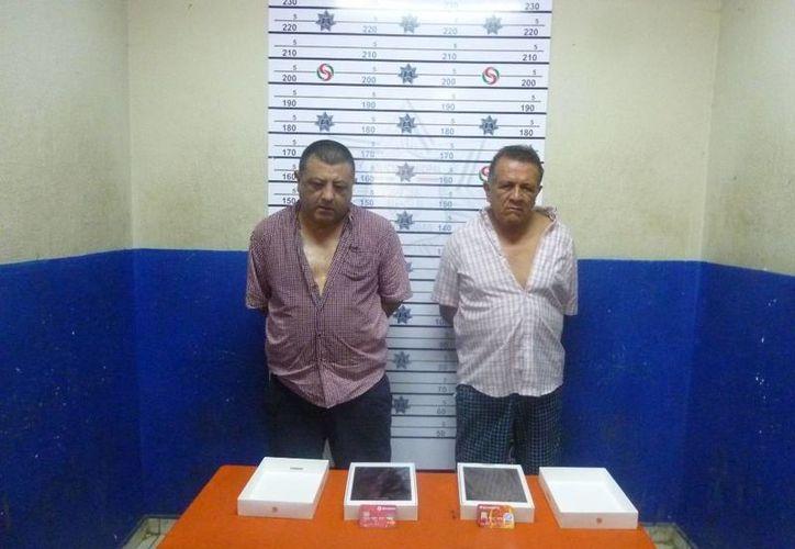 José Luis Marchena Castillo, de 50 años y Carlos Mendoza Estrada, de 70 años, fueron detenidos al usar dos tarjetas de crédito robadas.  (Redacción/SIPSE)