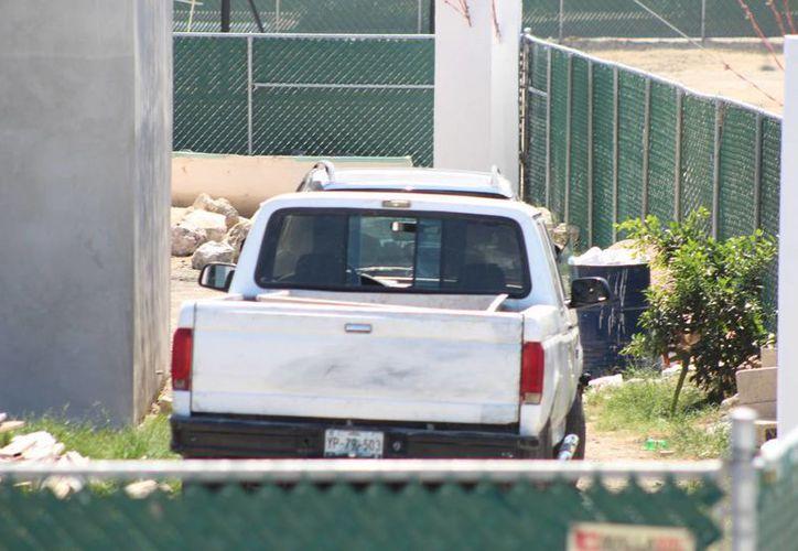 Los cinco hombres y las dos mujeres arrestadas en dos vehículos (foto) con armamento de uso exclusivo del Ejército en Mérida, firmaron un contrato laboral tres días antes de su detención. (SIPSE)