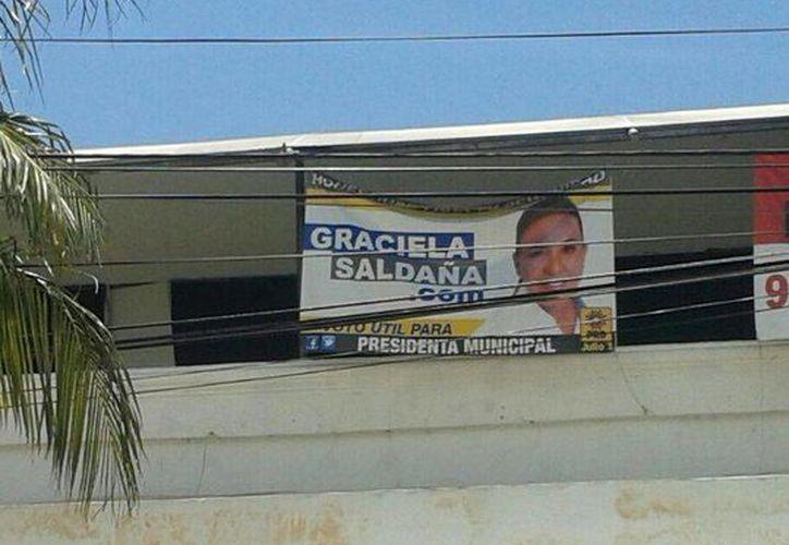 Propaganda de Graciela Saldaña en la avenida Yaxchilán a la altura del hotel Xbalamqué. (Jazmín Ramos/SIPSE)