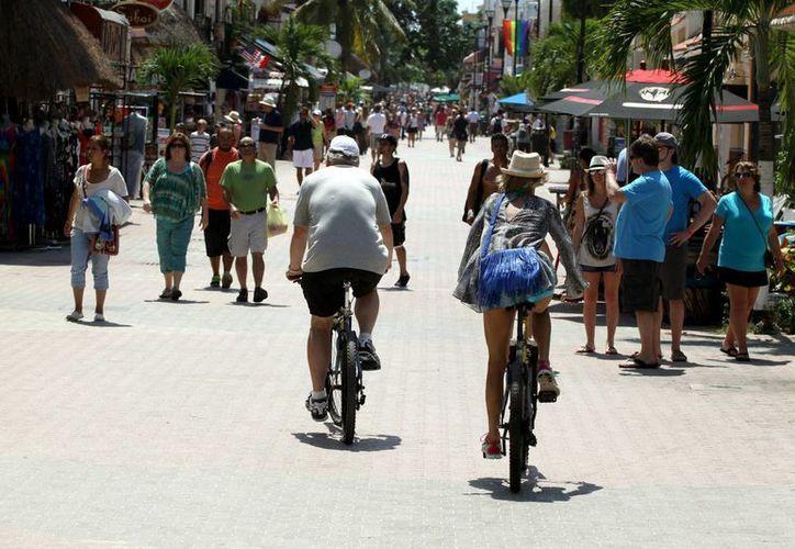 La afluencia a la Quinta Avenida, la calle más emblemática de Playa del Carmen, va en aumento. (Adrián Monroy/SIPSE)