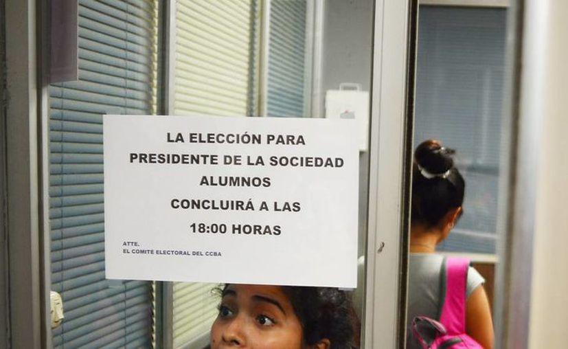 En la imagen, el anuncio del proceso electoral para presidente de la sociedad de alumnos ayer, en la Facultad de Veterinaria. (Milenio Novedades)
