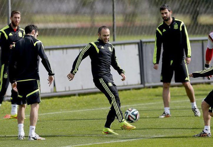 Gerard Piqué, Cesc Fábregas y Diego Costa no viajaban en el avión que fue impactado por un rayo. (EFE)