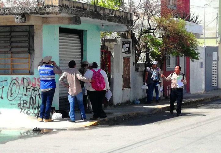 El personal exhorta a los vecinos a que mantengan sus patios libres de cacharros. (Redacción/SIPSE)