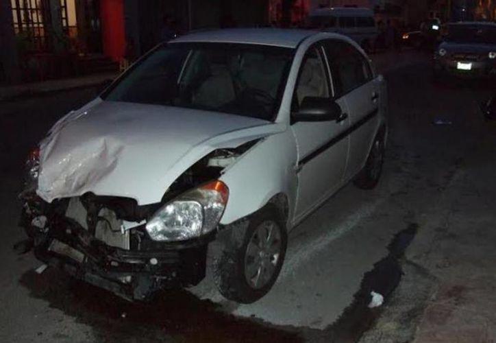 El coche de Jorge F., quedó con el frente destrozado tras la colisión con la combi. (Óscar Pérez/SIPSE)