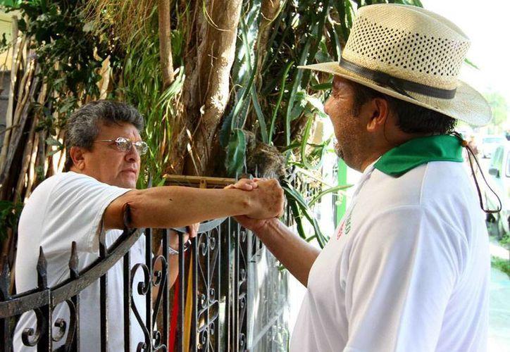 El candidato del PRI y Partido Verde, Francisco Torres Rivas, Panchito, platicó frente a frente con vecinos de la colonia Jesús Carranza, en Mérida. (Cortesía)