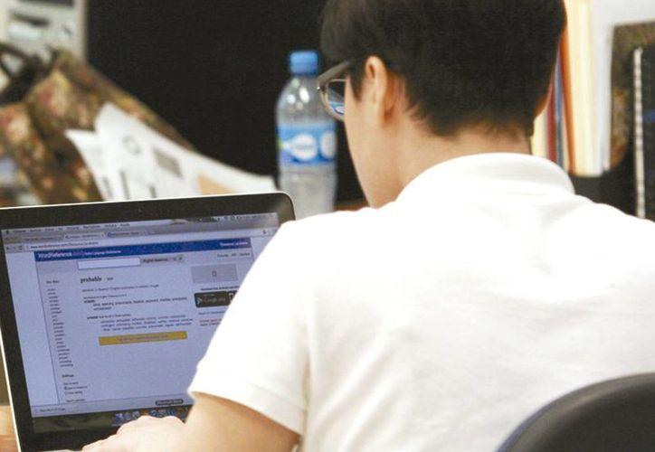 Los cursos de Ethical Hacker (Hacker ético) se promueven on line en diferentes plataformas de instituciones y agrupaciones. Imagen de un joven en su computadora. (Milenio Novedades)