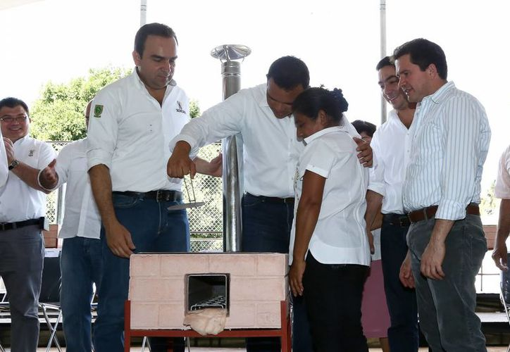 El gobernador Rolando Zapata Bello encabezó la segunda entrega de estufas ecológicas en comisarías. (SIPSE)