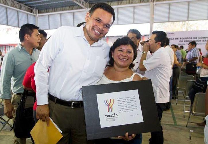 El Gobernador entregó equipos de cómputo a 296 docentes de Educación Básica, en la Escuela Secundaria Técnica No. 20, en el fraccionamiento Pacabtún. (Cortesía)