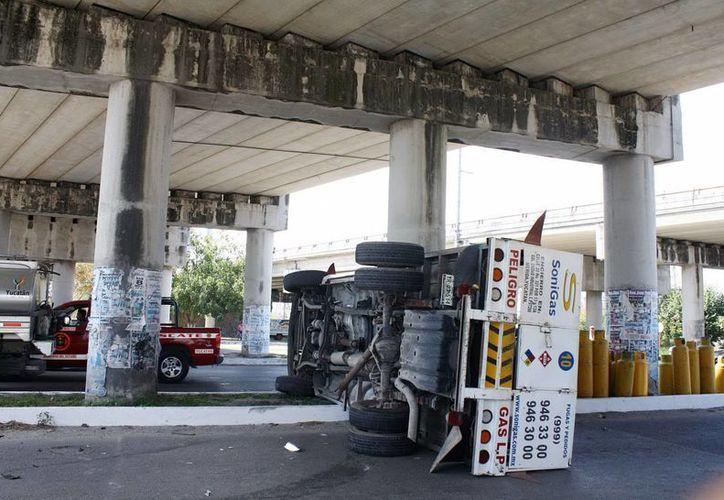 Sobre el camellón del puente quedó el camión repartidor de gas. (Milenio Novedades)