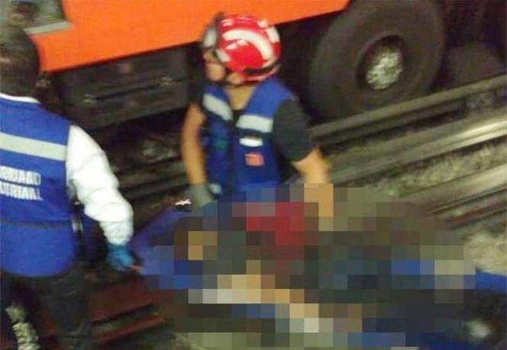Momento en que es rescatado el cuerpo de un joven que cayó a las vías del Metro en la estación San Lázaro de la Línea 1. (Facebook/Centro de Operaciones de Emergencias)