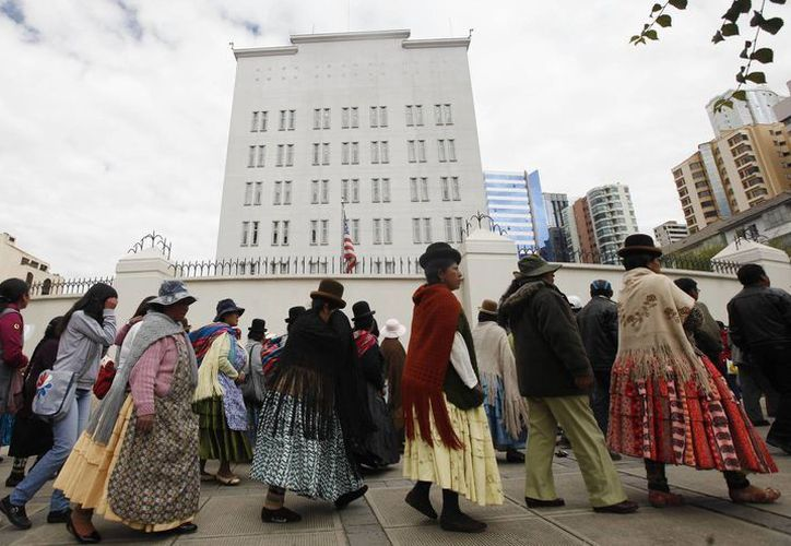 Manifestación de bolivianos frente a la embajada de EU en La Paz. (Agencias)