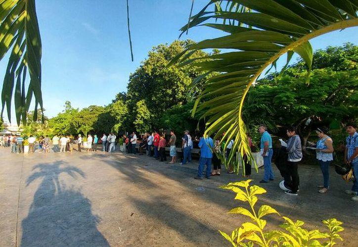 Desde tempranas horas cientos de personas hacen filas en los módulos. (José Acosta/Milenio Novedades)