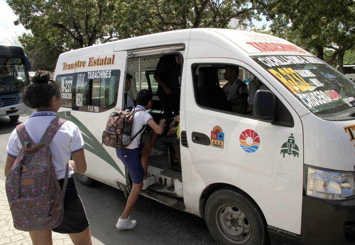 Algunos transportes públicos de Cancún ofrecen apoyo a los estudiantes de escasos recursos. (Redacción/SIPSE)