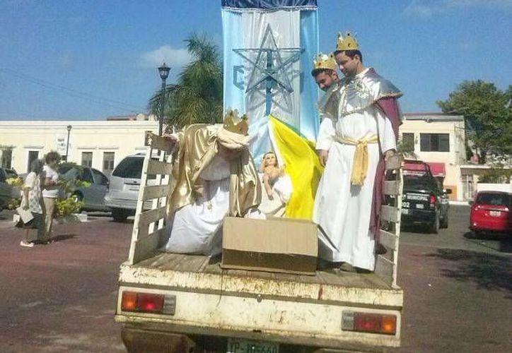 En una modesta camioneta, los tres Reyes Magos recorrieron las calles del centro de Progreso. (Óscar Pérez/SIPSE)