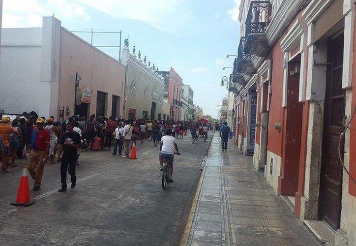 Un mar de gente se dispone a viajar desde Mérida a las playas de Progreso. (Christian Cuxim/SIPSE)