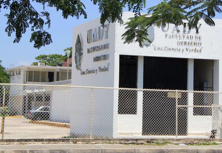 El edificio de la ex Facultad de Derecho albergará todas las direcciones generales de la Uady. (Milenio Novedades)