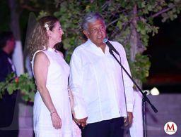 AMLO llega con guayabera a la sede del debate en Mérida