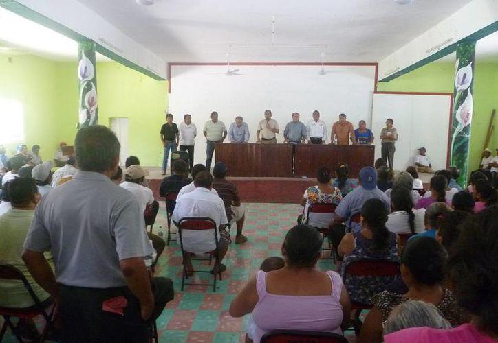 Los labriegos tuvieron una reunión  en el club social ejidal. (Raúl Balam/SIPSE)