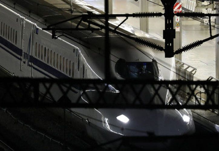 La gente corrió a otros vagones del tren, mismo que tuvo que hacer una parada de emergencia. (AFP)