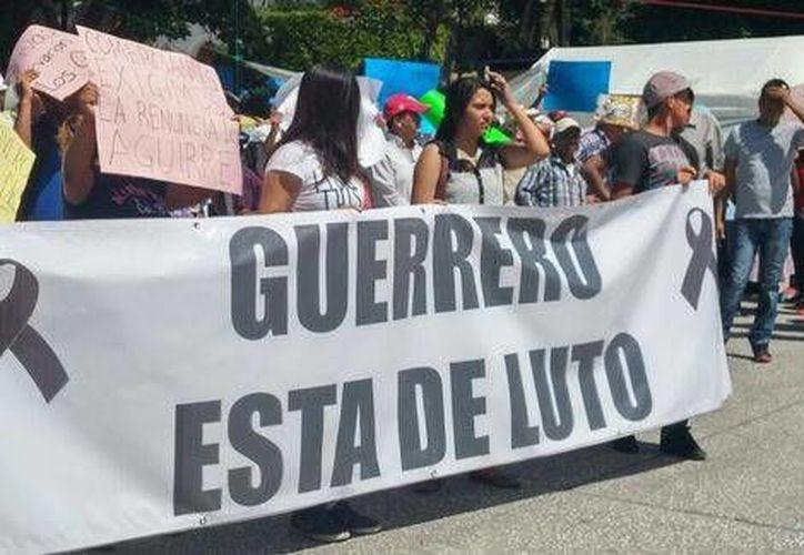 Los manifestantes también pidieron la renuncia del gobernador Ángel Aguirre. (Milenio)