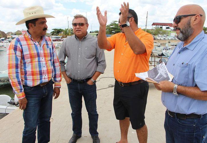 Los funcionarios realizaron un recorrido por la zona del puerto. (Gloria Poot/SIPSE)