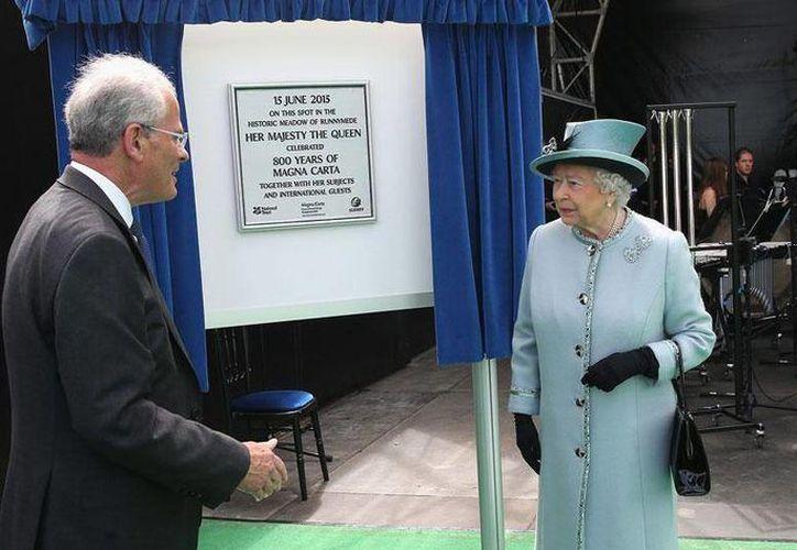 Isabel II develó la placa conmemorativa del 800 aniversario de la Carta Magna de Inglaterra. (Facebook/The British Monarchy)