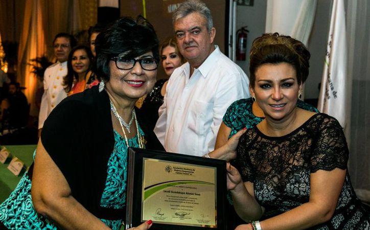 Leidy Guadalupe Alonzo Sosa recibió el reconocimiento al 'Mérito Empresarial 2016', que otorga la Ammje. Recibe el galardón, de manos de la presidenta del DIF Yucatán, Sara Blancarte. (Cortesía)