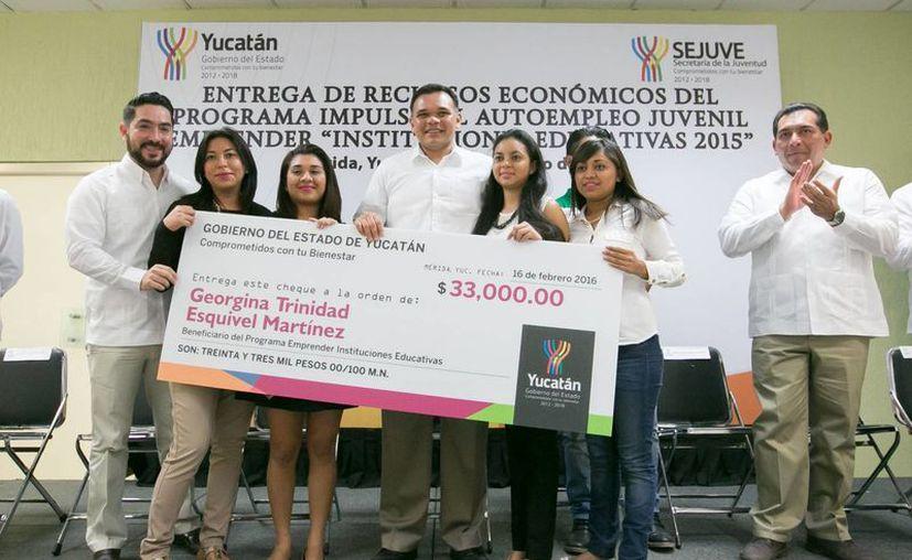 El gobernador entregó este martes recursos del programa Impulso al Autoempleo Juvenil 'Emprender' en su modalidad Instituciones Educativas. (Foto cortesía del Gobierno de Yucatán)