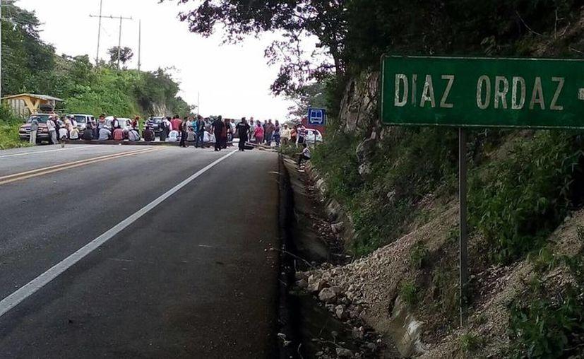 Los campesinos de la comunidad de Gustavo Díaz Ordaz bloquearon la vía. (Claudia Martín/SIPSE)