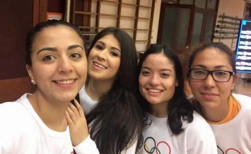 El equipo mexicano de sable femenil festejó con una 'selfie' su plaza olímpica conseguida en la Copa de Mundo de Bélgica. (Twitter: Conade)