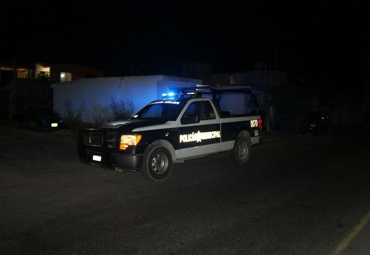 Los policías, acudieron a la calle Panamá  por Luis Manuel Sevilla Sánchez, en el fraccionamiento Las Américas. (Redacción/SIPSE).