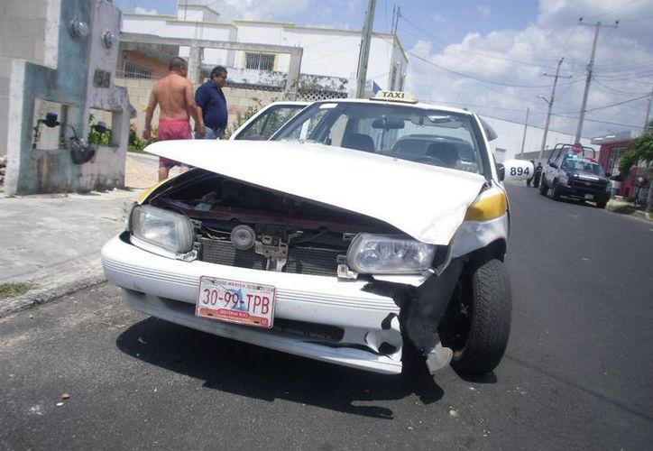El taxi sufrió daños en el cofre, facia, faros, y parte del motor, valuados en ocho mil pesos. (Redacción/SIPSE)