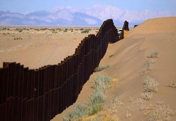 La obra pretende instalar 300 torres de cámaras de video a lo largo de la frontera entre México y Arizona. (Archivo/AP)